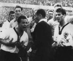 Zsolt István (középen) Erich Juskowiakot állítja ki az 1958-as világbajnokságon