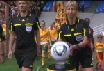 Gaál Gyöngyi a mérkőzés előtt még mosolyogva vett el a labdát