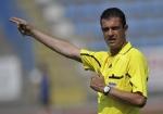 Kassai Viktor, a FIFA játékvezetői testületének tagja a Tardos-Ács megyei kupadöntőt vezeti a tatabányai Grosics Gyula Stadionban.