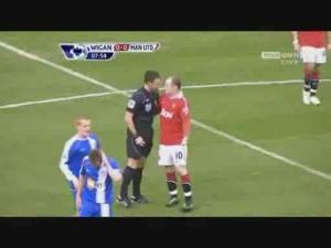 Rooney könyöklése lapot sem ért - VIDEÓVAL