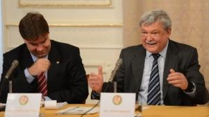 Csányi Sándor MLSZ elnök (j) és dr. Borbély Zoltán a sajtótájékoztatón